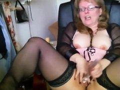 Reife Hausfrau masturbiert mit Dildo & Finger