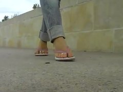 flip flops and toe ring