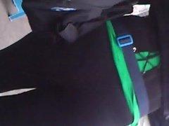 Chava en spandex se le marca su calzoncito