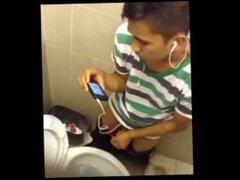 Punhetas no banheiro publico