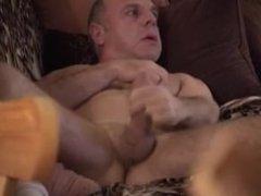 Amador - Filmando escondido o pai na punheta (coroa pauzudo)