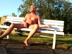 ausziehen im Park - nude in Public Park