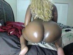 Ebony babe shakes her big ass on webcam