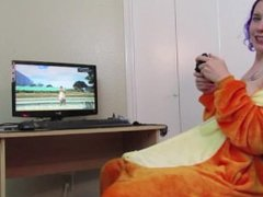 Nerdy girl Gets off on a Hitachi while Playing GTAV