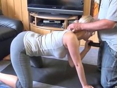 Blonde Yoga Lehrerin nach den Übungen weggebumst