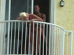 Pija madura follando negro en el balcon