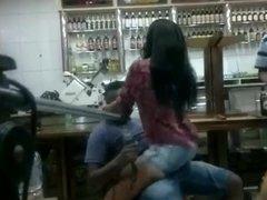 Une salope brune en short chauffe un chanteur dans un bar