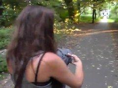 Safadinha mamando o namorado no parque
