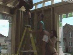 Deux ados québécoises se touchent pour les gars de la construction
