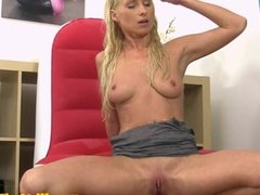 Flexible watersports babe drinks her piss