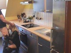 Sexo na cozinha da casa