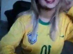 Brasileira de olhos vendados mamando