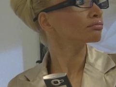 blonde silicone enculee au bureau