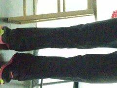 por debajo de la mesa(la profe)