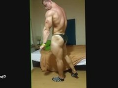 Bodybuilder Paul home flex