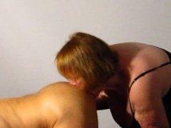 Schlampe Hausfrau leckt Freund Arsch ab und bläst sein gepiercgt Penis