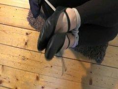 Junges Ballet-Girl gefesselt und geknebelt