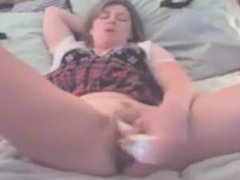 her new amateur toy gives her a nice orgasm
