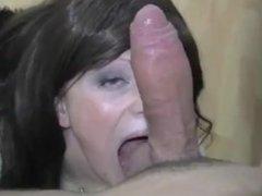 Elle suce une grosse queue et se prend une grosse facial