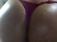 Gostosa rebolando de bikini rosa