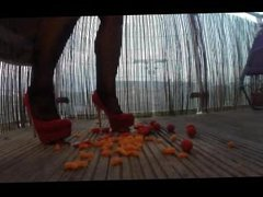 Saskia Squirts crushes food with high heels