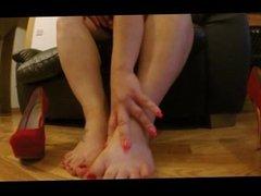 Saskia Squirts dressed as mini mouse exposes her feet