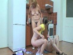 Jolie fille brune baise un vieux couple pour de l'argent