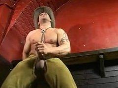 branle et foutre de cowboy muscler