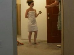 Amateur drops her towel for a delivery guy