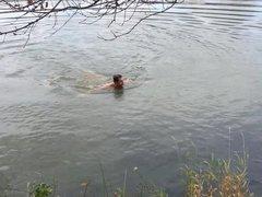 Casado gostosao tomando banho pelado no lago
