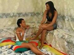 Lesbicas roçando as  bucetas