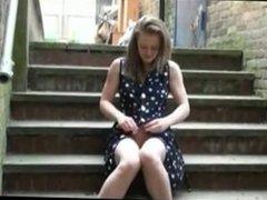 se masturba en unas escaleras