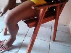 Novinha com o shortinho socado na buceta
