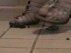 Crushing toycars barefeet&heels - autopresse