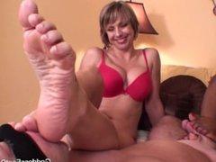 Goddesses Brianna Beach and Simone Milking man with their feet