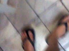 (Part 2) Brincando com o chinelo de um rapaz
