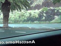 Fellation dans la voiture pour des voyeurs en exterieur au bord de la plage