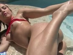 Horny Vielle fucks her pussy in the pool
