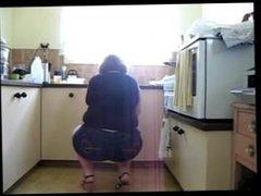 Esposa limpando a casa