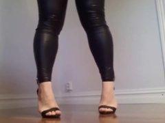 De legging couro e Sandalia Salto Alto Fino para voces