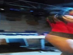 Mulher melancia mostrando a buceta em baile funk