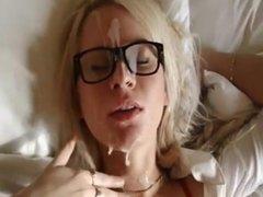 femme a lunettes se prend une belle faciale