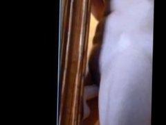 Jeune salope s'empale sensuellement sur un énorme gode