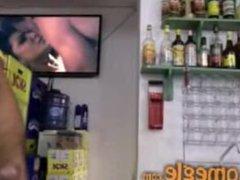 Dono de bar tocando punheta - machosaonatural.com.br