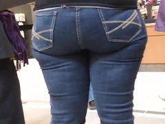 NICE BIG MOMMY ASS IN JEANS!