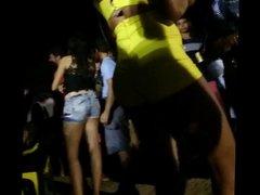 Novinhas e outras gostosas no Pancadao mostrando o rabo!