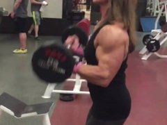 muscle girl trainning biceps again