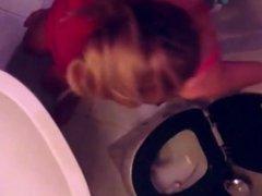 pulpeuse aux toilettes