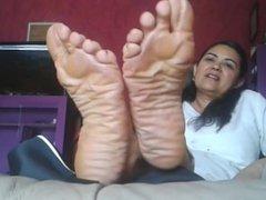 pies arrugados de señora madura