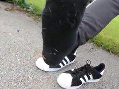 Rapaz perfeitinho exibindo seus Adidas e seus pes